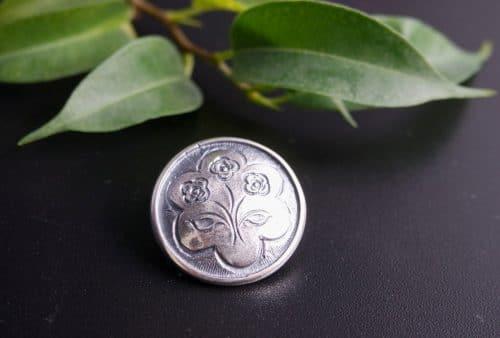 Handgefertigter Silberknopf mit Blumenmotiv für Männer