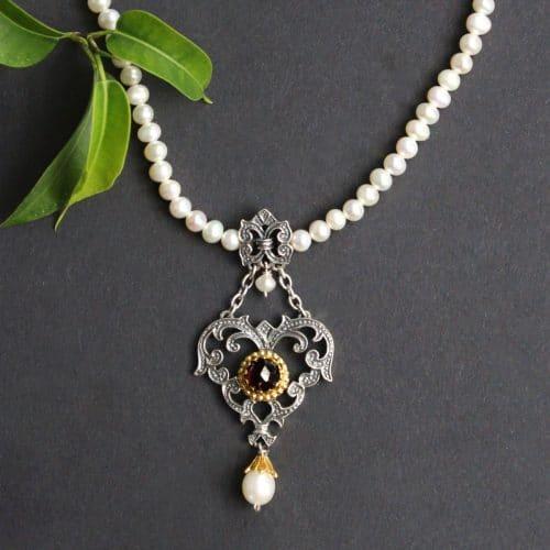 Trachtenkette für Dirndl: Perlenkette Flora mit silbernen Mittelteil als Herz, gefasst mit Granat und Perle angehängt