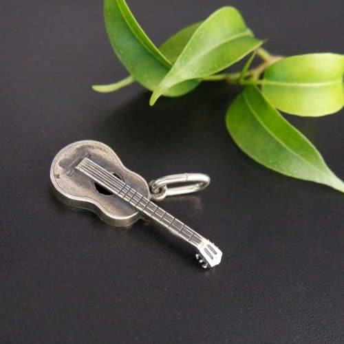 Silberner Anhänger Gitarre für Uhrenkette, seitliche Ansicht