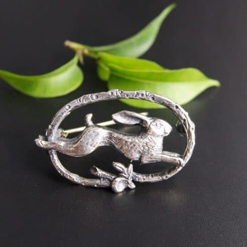 Jagdschmuck für Männer: Hutnadel Hase in Silber