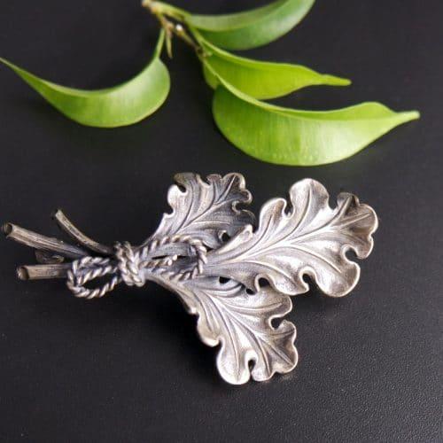 Trachtenaccessoires für Herren: Hutnadel oder Brosche in Silber, Motiv: Eichenlaub