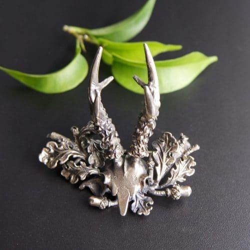 Silberne Hutnadel Hirschgeweih mit detailreichem Eichenlaubdekor
