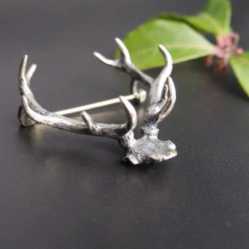 Jagdschmuck Trachtenschmuck für Männer: Hutnadel in Silber in Form eines Hirschgeweihs