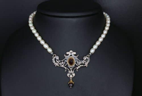 Perlencollier Margaritha an Bueste getragen 2