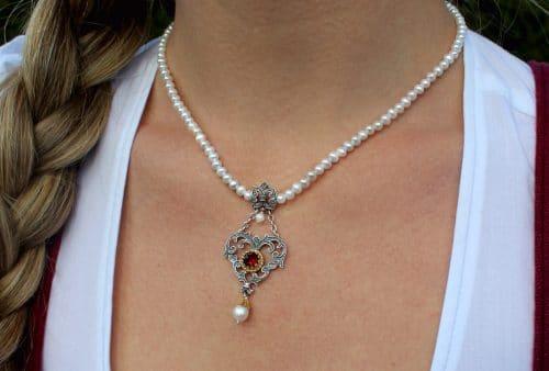 Trachtenkette mit Perlen , silbernen Herz und Granat
