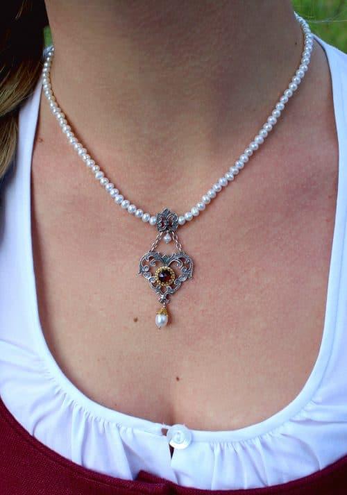 Trachtenschmuck Perlenkette Fiona mit silbernen Herz und Granat, getragen zum Dirndl