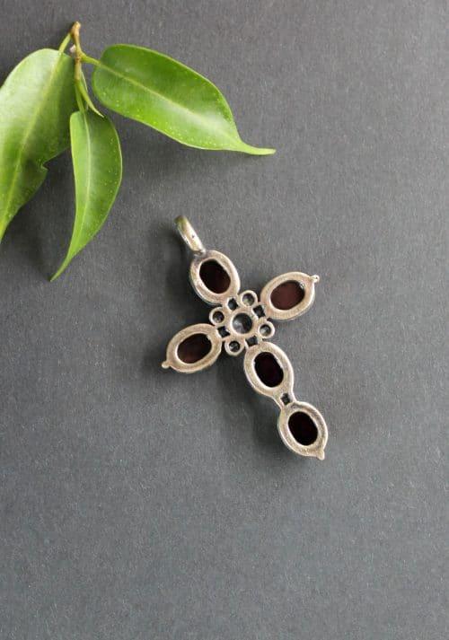 Trachten Anhänger Kreuz Silke in Silber und mit Granat, hintere Ansicht des Kreuzes