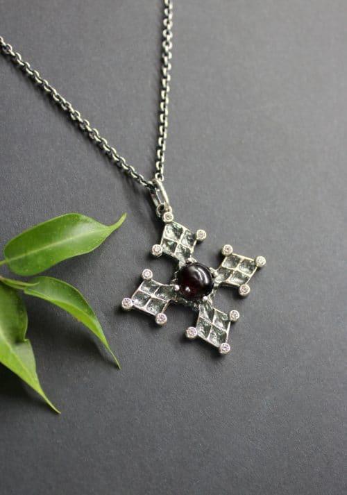 Trachtenschmuck Kette mit silbernen Kreuz Anhänger, gefasst mit Granat und kleinen Schmucksteinen aus Zirkonia