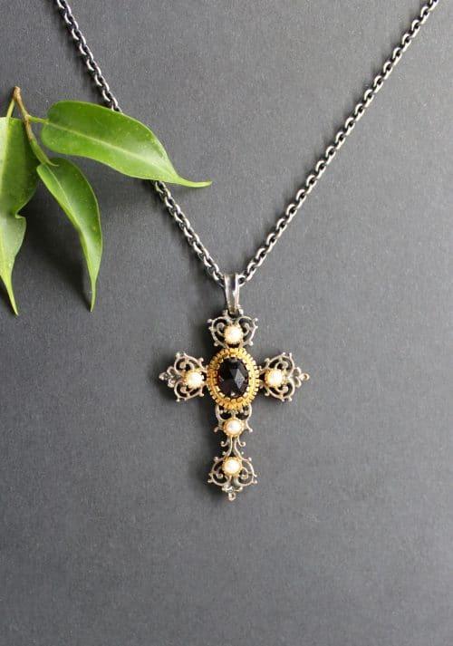 Trachten Kreuz Anhänger in Silber mit Perlen und Granat, angehängt an Silberkette