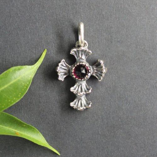 Kleines Trachten Kreuz in Silber und mit Granat gefasst