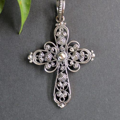 Trachtenschmuck Anhänger Kreuz Julia in Silber und Schnörkelmuster