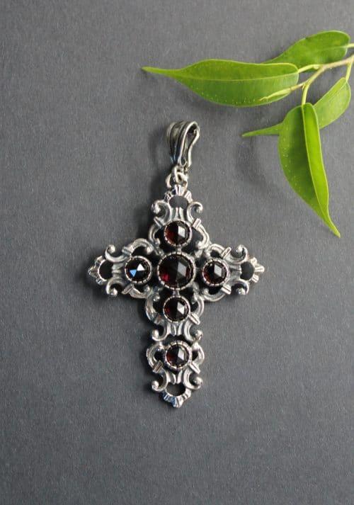 Traditioneller Trachtenschmuck: Anhänger Kreuz in silber mit Granat