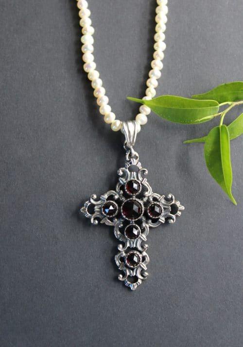Perlenkette mit trachtigem Kreuz Anhänger in Silber und Granat