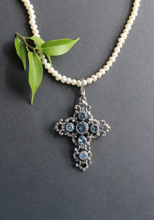 Trachtiger Anhänger Kreuz in Silber an Perlenkette