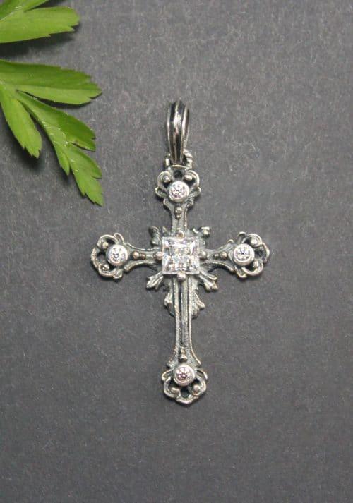 Silbernes Kreuz mit Bergkristall und Zirkonia