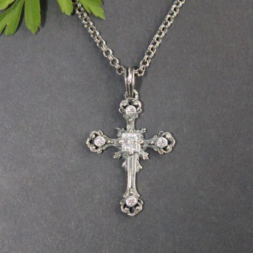 Trachtenschmuck Silberkette mit Kreuz Anhänger in Silber, gefasst mit Bergkristall und Zirkonia