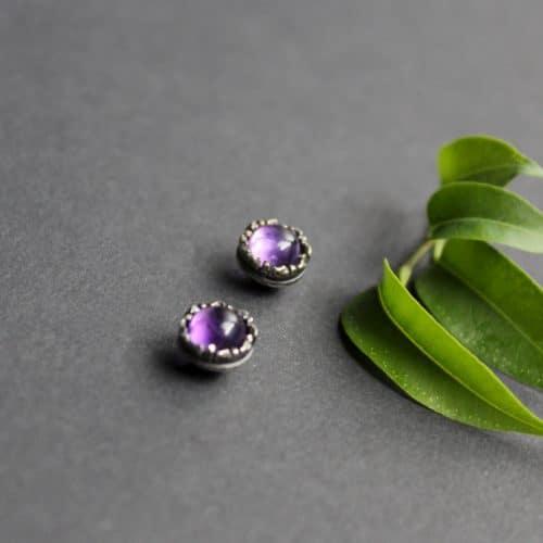 Kleine violette Trachtenschmuck Ohrstecker (Amethyst), seitliche Ansicht