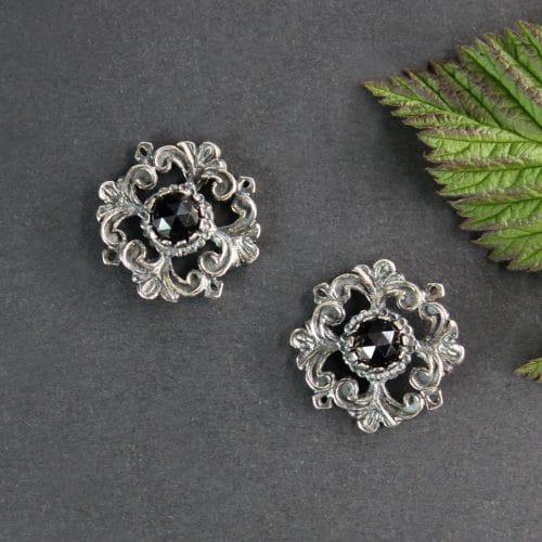 Trachtenschmuck Ohrstecker in Silber und mit Granat gefasst