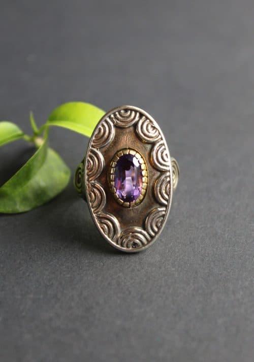 Silberner Trachtenschmuck Ring mit Amethyst in silber-vergoldeter Fassung