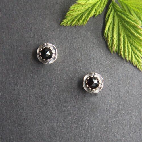 Klassische Trachtenschmuck Ohrringe in Silber mit Granat, kleine runde, blumenförmige Ohrstecker