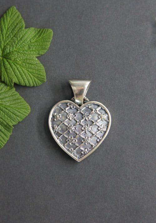 Trachtenschmuck Anhänger Herz Lotte in Silber, kleine Blumen