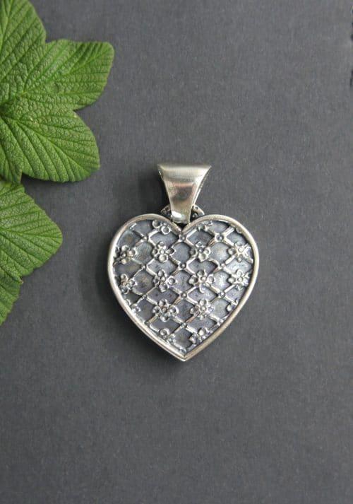 Dirndlschmuck: Herz Anhänger in Silber und kleinen Blumen