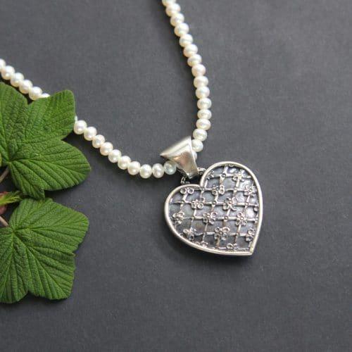 Trachtenschmuck Herz Anhänger in Silber an Perlenkette