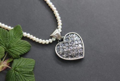Perlenkette mit silbernen Trachtenschmuck Anhänger Herz