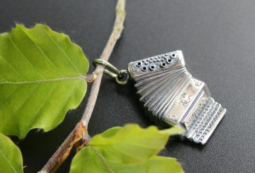 Anhänger Uhrkette in Silber, Motiv Ziehharmonika