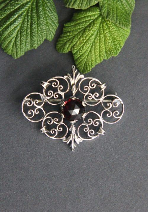 Brosche / Tuchnadel in Silber mit Granat