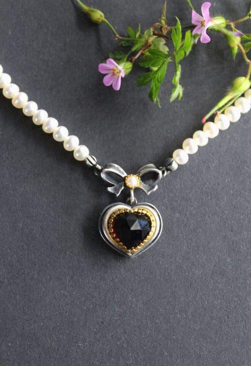 Trachtenkette mti Perlen: Halskette Rita mit Herz und Schleife