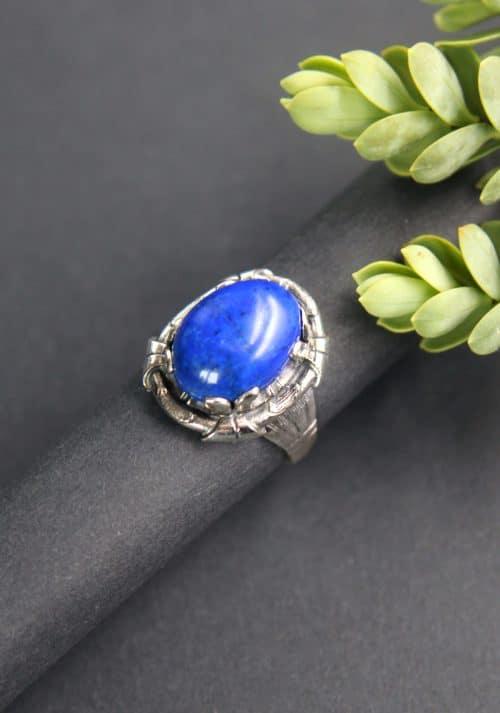 Trachtiger Ring aus Silber mit dunkelblauem Schmuckstein gefasst, seitliche ANsicht
