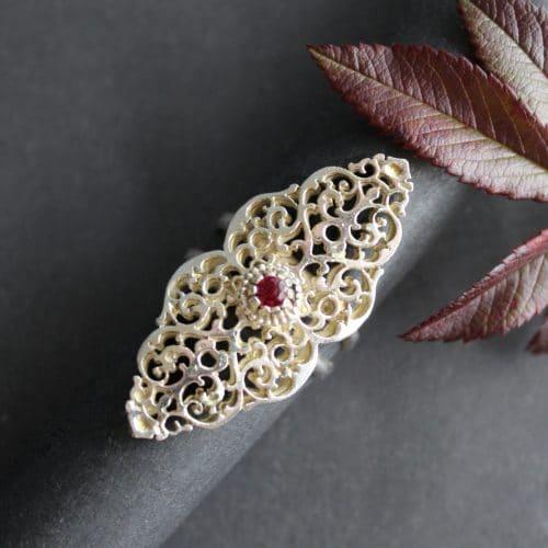 Eleganter Trachtenschmuck in Silber: Ring Charlotte mit synthetischem Rubin