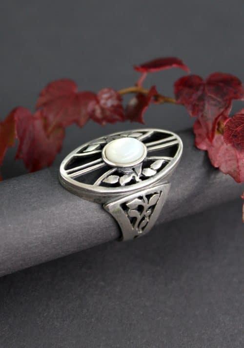 Großer Silberring mit Perlmutt gefasst