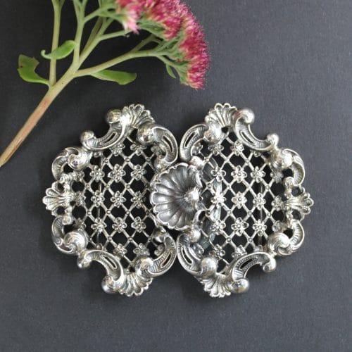Außergewöhnlich schöne Dirndlschließe in Silber mit verspielten Ornamenten