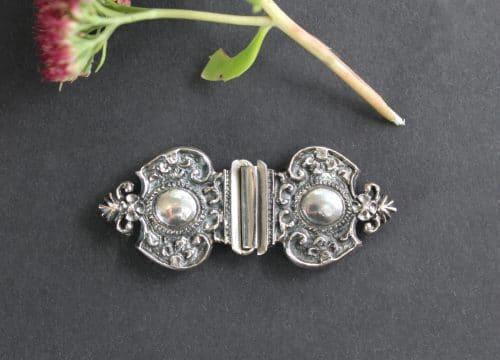 Dirndlschließe in Silber mit klassischen, trachtigen Ornamenten