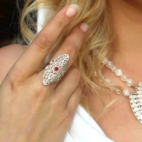 Schmuck zum Dirndl: Ring Charlotte in Silber und synthetischem Rubin gefasst