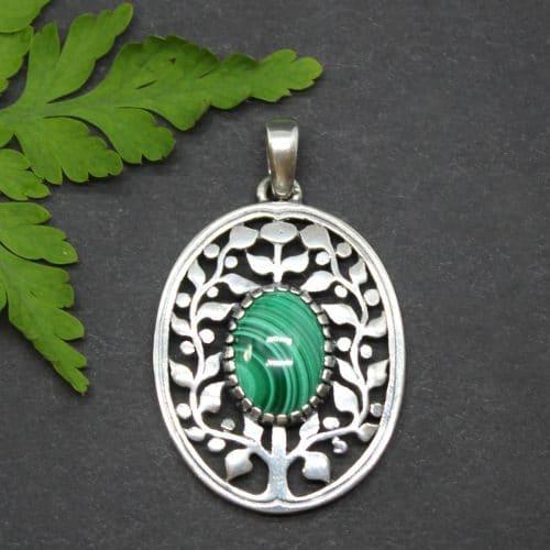 Moderner Trachtenschmuck Anhänger mit Motiv Lebensbaum in Silber und Malachit