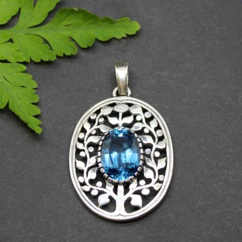 Moderner Trachtenschmuck Anhänger Lebensbaum mit synthetischem Spinell in Blau