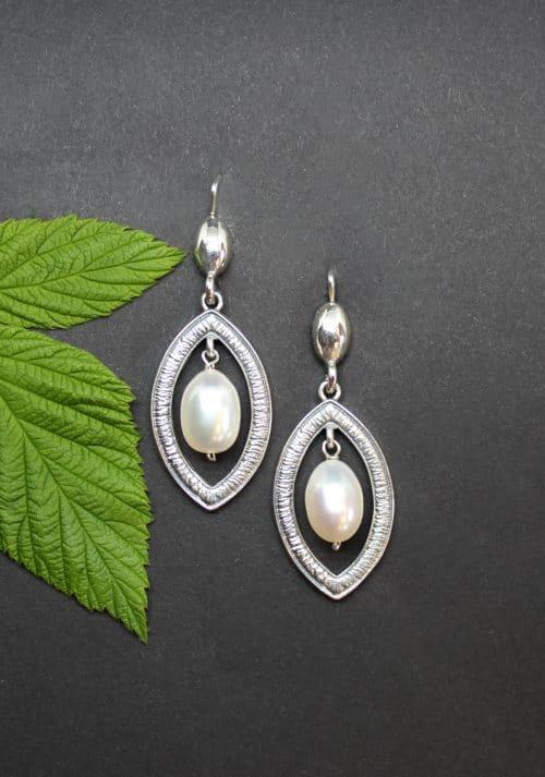 Moderne, längliche Ohrringe in Silber mit mittigem Perltropfen