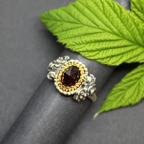Trachtenschmuck Ring in Altsilber und Granat in Silber vergoldeter Fassung