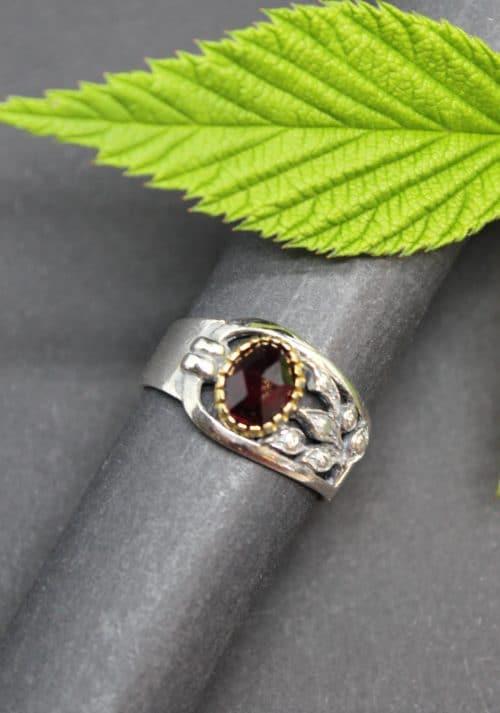 Moderner, asymmetrischer Trachtenschmuck Ring in Silber und Edelstein Granat gefasst