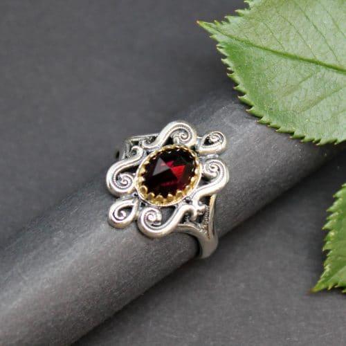 Trachtenschmuck modern: Silberring Larissa mit Granat