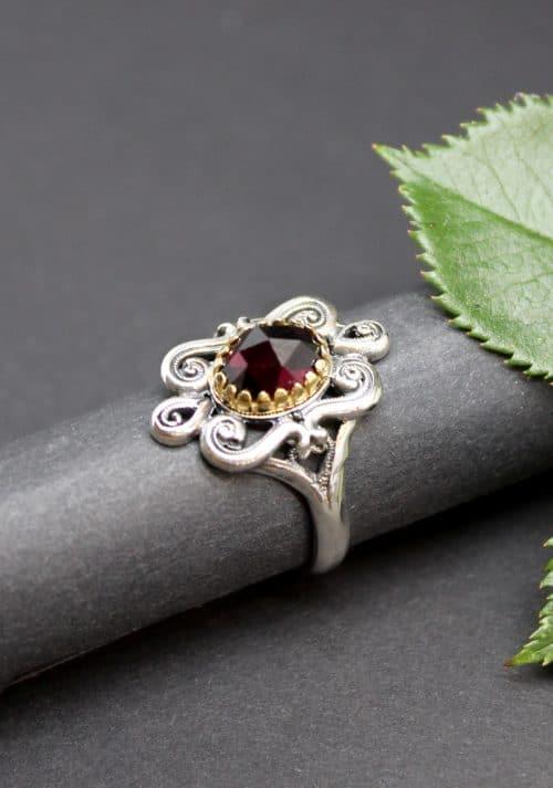 Moderner Trachtenschmuck Ring in Silber und Granat gefasst