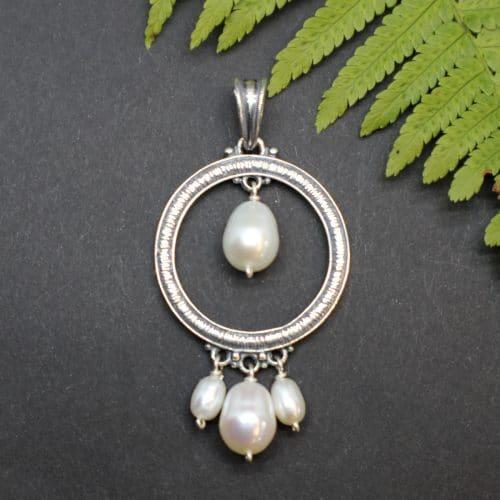 Moderner, runder Schmuckanhänger in Silber mit Perlentropfen