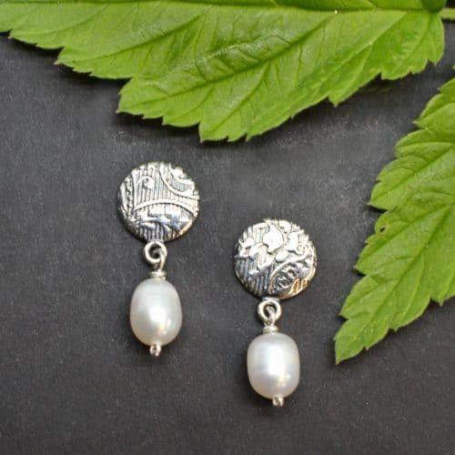 Moderne Trachtenschmuck Ohrstecker in Silber mit Perltropfen