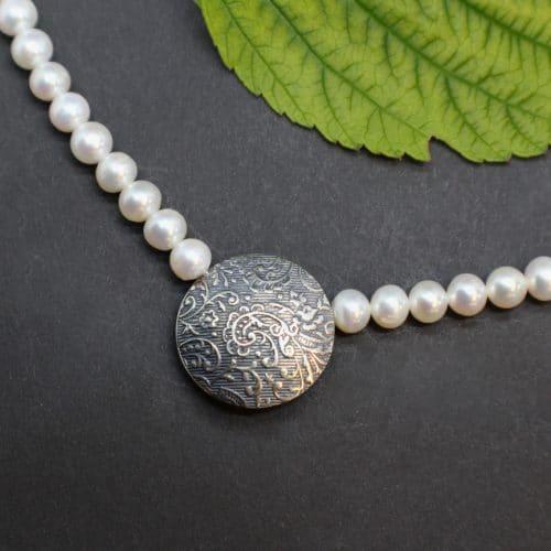 Trachtige Perlenkette für Dirndl