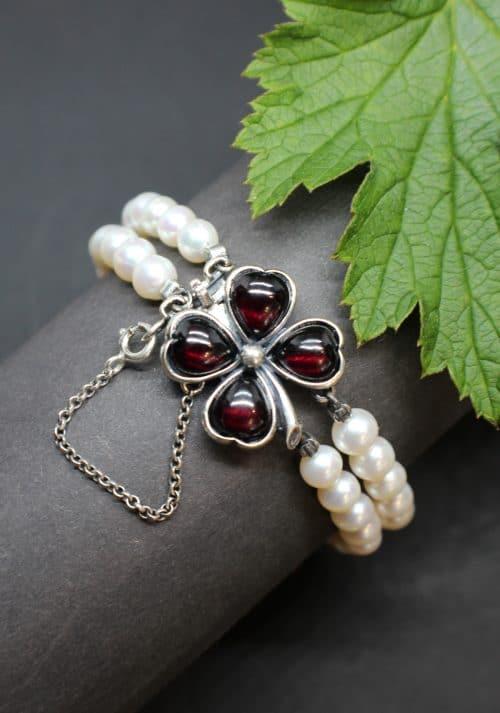 Elegantes Trachtenschmuck Armband aus Perlen, es wird mit einer silbernen Federschließe in Form eines Kleeblatts geöffnet und geschlossen