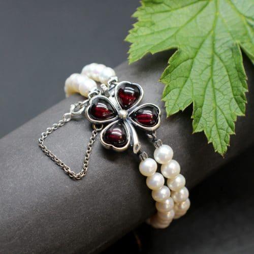 Trachtenschmuck Perlenarmband mit Kleeblatt Federschließe gefasst mit Granatsteinen