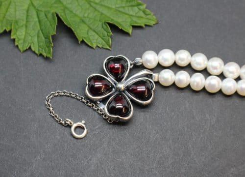 Modernes Trachtenschmuck Perlenarmband in Form eines Kleeblatts